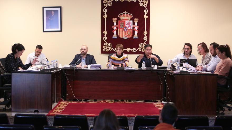 La concejala de Nueva Canarias, Isabel Santiago, a la izquierda, y la alcaldesa de Mogán, Onalia Bueno, durante una sesión plenaria.
