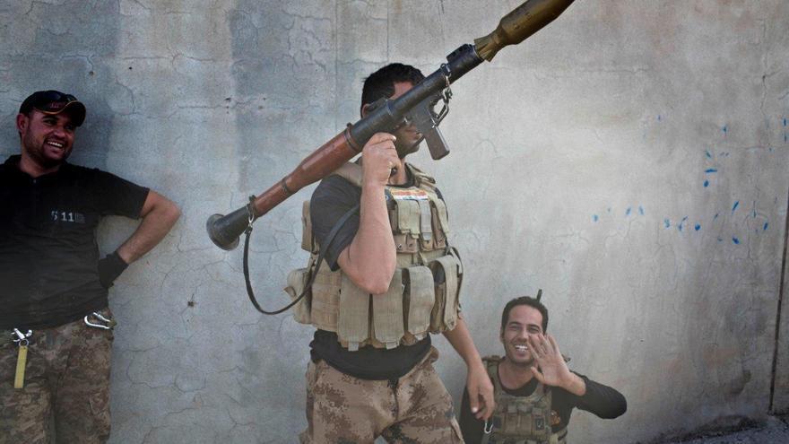 Un soldado de las fuerzas especiales iraquíes sostiene un lanzagranadas cerca de Mosul © AP Photo/Marko Drobnjakovic