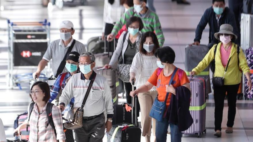 Turistas afanados recorren el aeropuerto de Buenos Aires ante el veto por el COVID-19