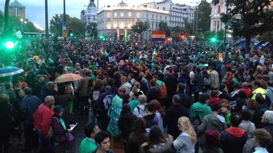 Miles de manifestantes se detienen en la plaza de Cibeles, antes de finalizar el recorrido. \ Prado Campos