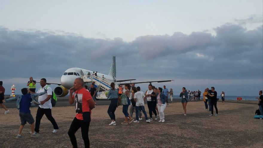 Momento en el que se desalojaron a los pasajeros del avión en Fuerteventura.