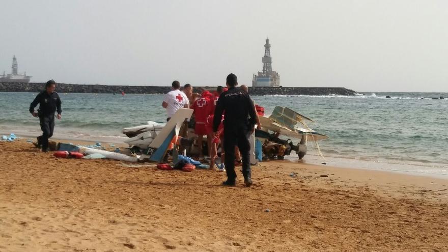 Imagen de la avioneta siniestrada sobre la arena de la playa