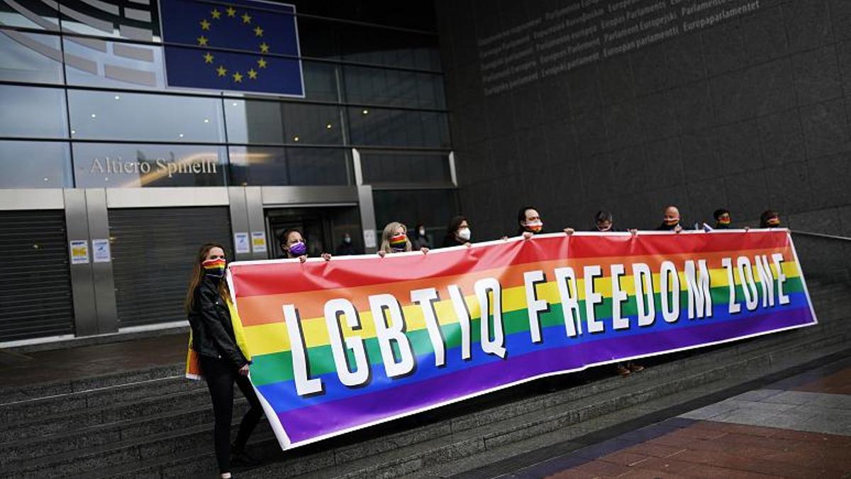 Pancarta a las puertas del Parlamento Europeo, en Bruselas, este jueves 11 de marzo.
