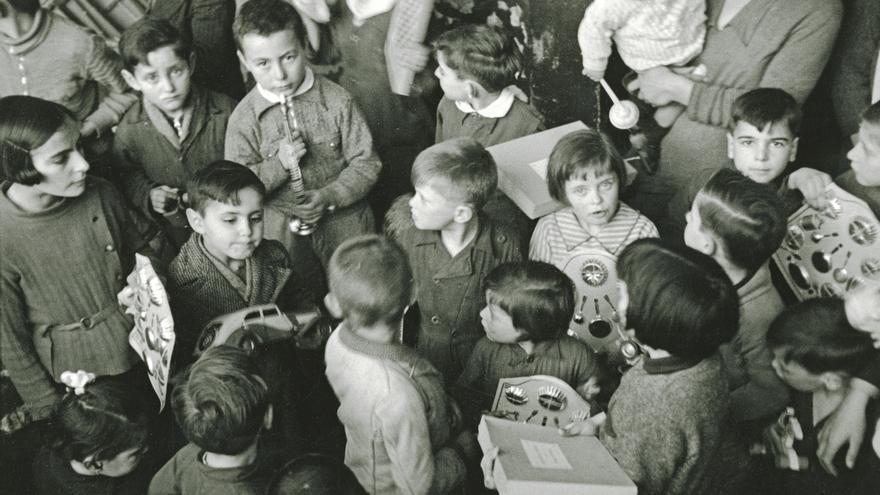 Reparto a los niños del Refugio Santo Ángel y del orfanato de la calle Ezcurdia de juguetes traídos de Francia por suscripción popular y distribuidos por el Socorro Rojo. Gijón, 12 de febrero de 1937