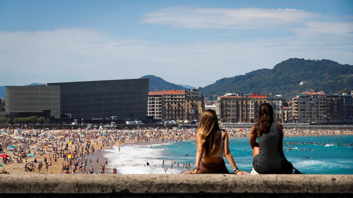 Donostiarras y visitantes en la playa de La Zurriola de San Sebastián.