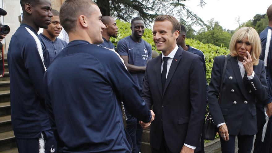 Emmanuel Macron durante una visita a la selección francesa de fútbol.