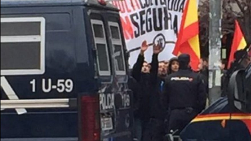 En una cnocentración convocada por el HSM. Algunos de sus miembros haciendo el saludo fascista. | Foto Algarada tetuán