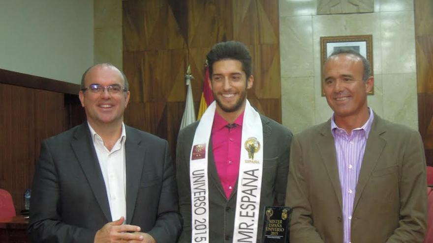 Yovany Pérez, en el centro, ha sido reciobido este martes por el presidente del Cabildo y el consejero insular de Turismo.