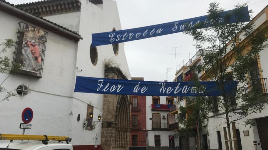 En el barrio la Hiniesta han engalanado las calles, preparándose para un Domingo de Ramos que no ha tenido lugar.