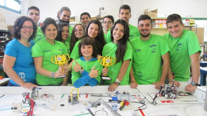 En la imagen, el grupo 'Fnatic' con las dos copas que han conseguido. Foto: LUZ RODRÍGUEZ.