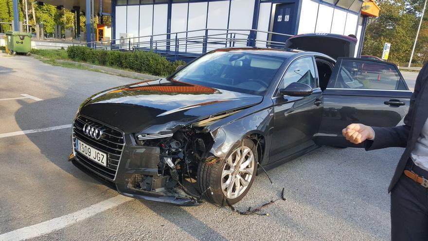 El propio Puigdemont ha subido a Twitter una foto del estado en que ha quedado su coche oficial