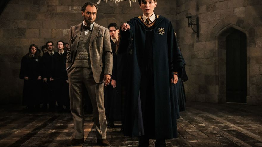 """Jude Law como Albus Dumbledore y un joven Newt Scamander en """"Animales fantásticos: Los crímenes de Grindelwald"""", dirigida por David Yates"""
