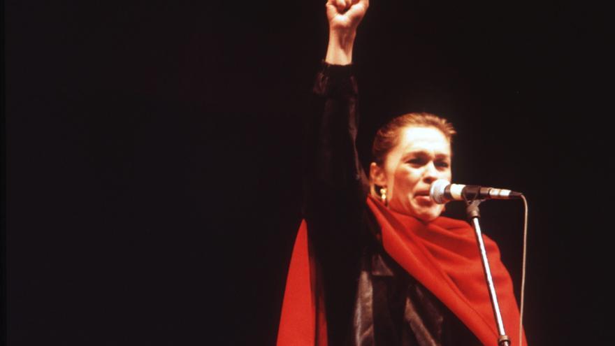 La actriz y cantante Pepa Flores, más conocida como Marisol, durante su intervención en el congreso fundacional del Partido de los Comunistas (PC; más tarde PCPE; escisión prosoviética del PCE, entonces alineado con las tesis eurocomunistas), en enero de 1984.