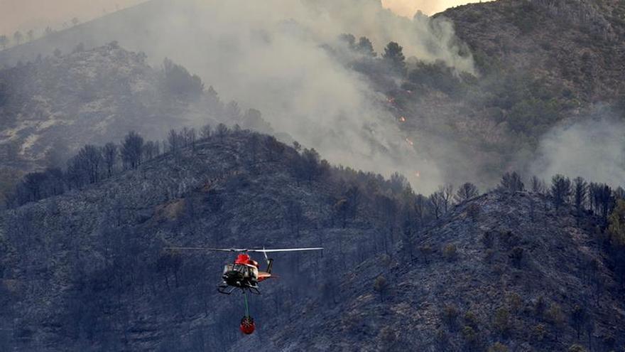 Casi 130 militares, con 31 vehículos, trabajan en el incendio de Artana