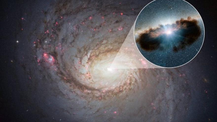 Imagen de la galaxia NGC 1068 en primer plano, capturada por el Telescopio Espacial Hubble. Este agujero negro activo -la ilustración que aparece en el recuadro ampliado- es uno de los más oscurecidos que se conocen, ya que está rodeado de nubes extremadamente densas de gas y polvo, las cuales normalmente se estudian haciendo uso de observaciones infrarrojas y de rayos-X. Crédito: NASA/JPL-Caltech.