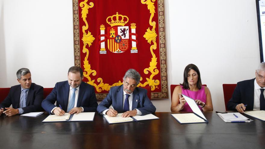 Firma del convenio para la integración ferroviaria de Santander.   LARA REVILLA