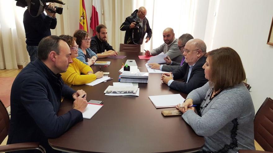 La reunión entre los representantes de PRC, PSOE y Podemos ha durado en torno a una hora.