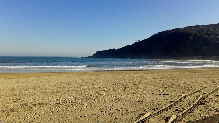 La zona de Sagües de la Zurriola de San Sebastián luce la bandera amarilla y el resto de playas de Gipuzkoa la verde