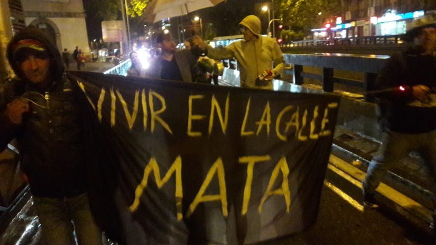 Manifestantes de la acampada de personas sin hogar camino a la sede del SAMUR Social en la noche de este lunes.