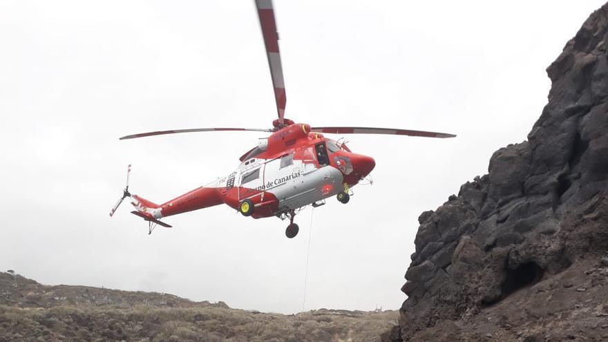 Un momento de la intervención del helicóptero del GES en el rescate del turista que ha caído al mar en la costa de Los Cancajos.