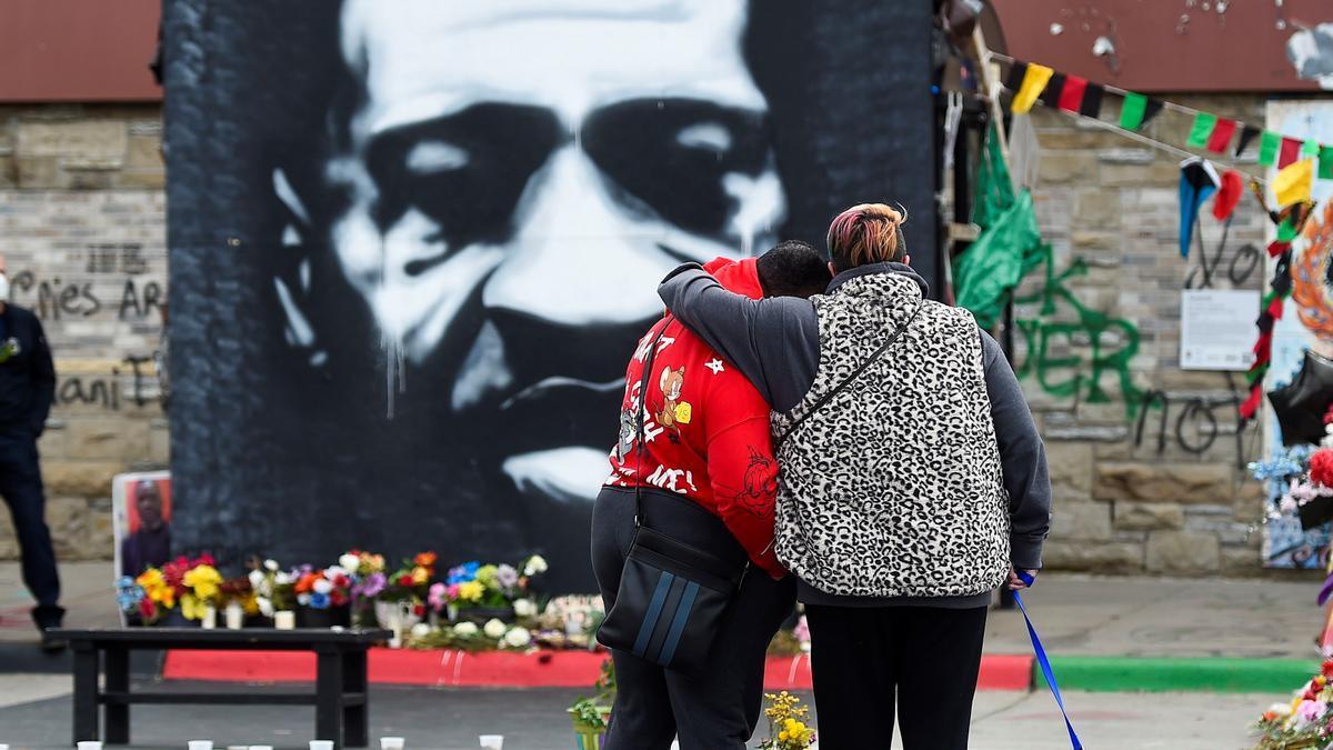 Una pareja frente a un retrato de George Floyd este 20 de abril de 2021 en Minéapolis.