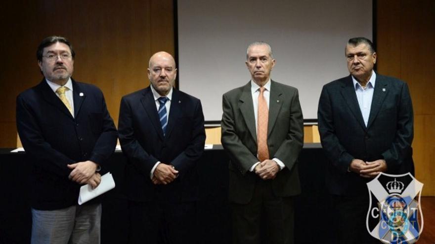 El notario Alfonso Cavallé, el presidente del CD Tenerife, Miguel Concepción, el secretario del consejo de administración, Conrado González y el asesor jurídico de la entidad, Ángel Fernández.