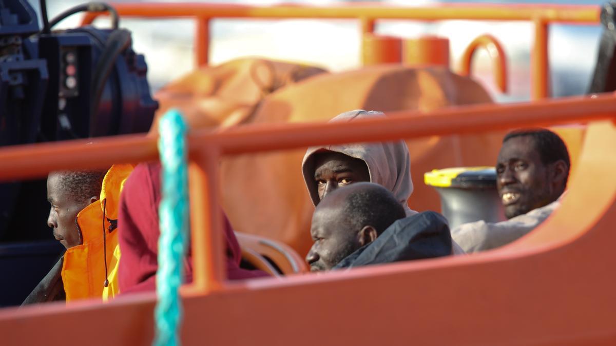 La embarcación de Salvamento Marítimo Guardamar Talía durante el rescate y traslado de inmigrantes. EFE/Elvira Urquijo A./Archivo