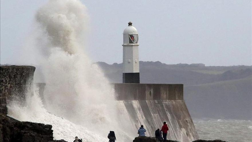 Cortes eléctricos y árboles caídos tras un temporal con viento en Gales