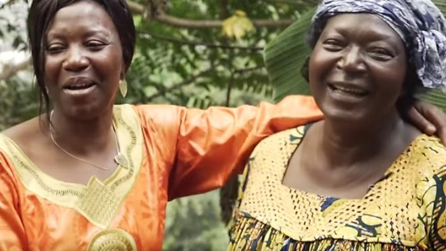 A la izquierda, Marie Crescence Ngobo, coordinadora de la Red de Actores de Desarrollo Sostenible en Camerún (RADD), en un vídeo de la Fundación Orange / Youtube