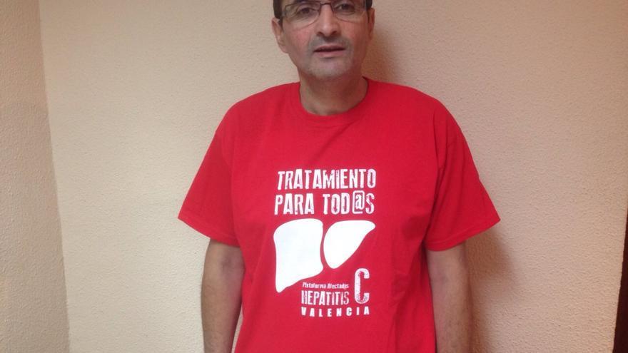 Fernando tiene 52 años y lleva 26 conviviendo con el virus de la hepatitis C.