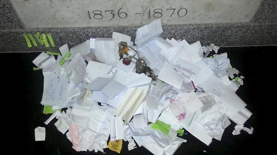 La tumba de Bécquer recibe el tributo constante de los románticos anónimos
