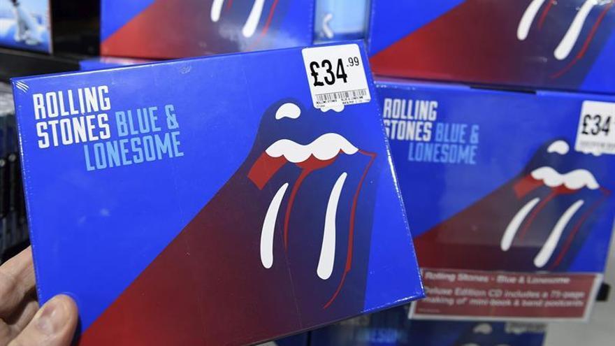 Los fans de los Rolling reciben ansiosos su nuevo álbum en el frío Londres