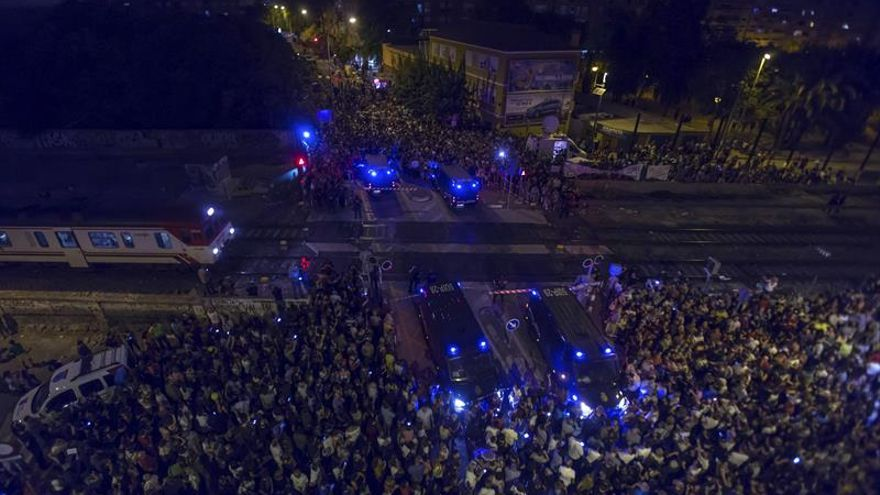 Antidisturbios impiden ocupación de vías férreas por manifestantes en Murcia