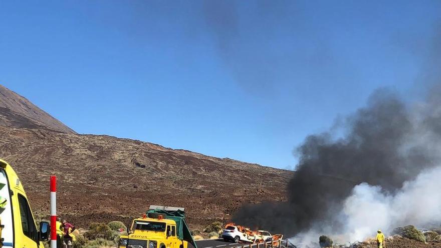 Miembros de los cuerpos de emergencias tratan de sofocar el fuego que consumió uno de los vehículos siniestrados.