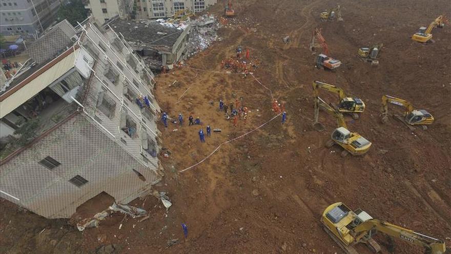 Desentierran el primer cuerpo de la zona sepultada por el corrimiento dos días después