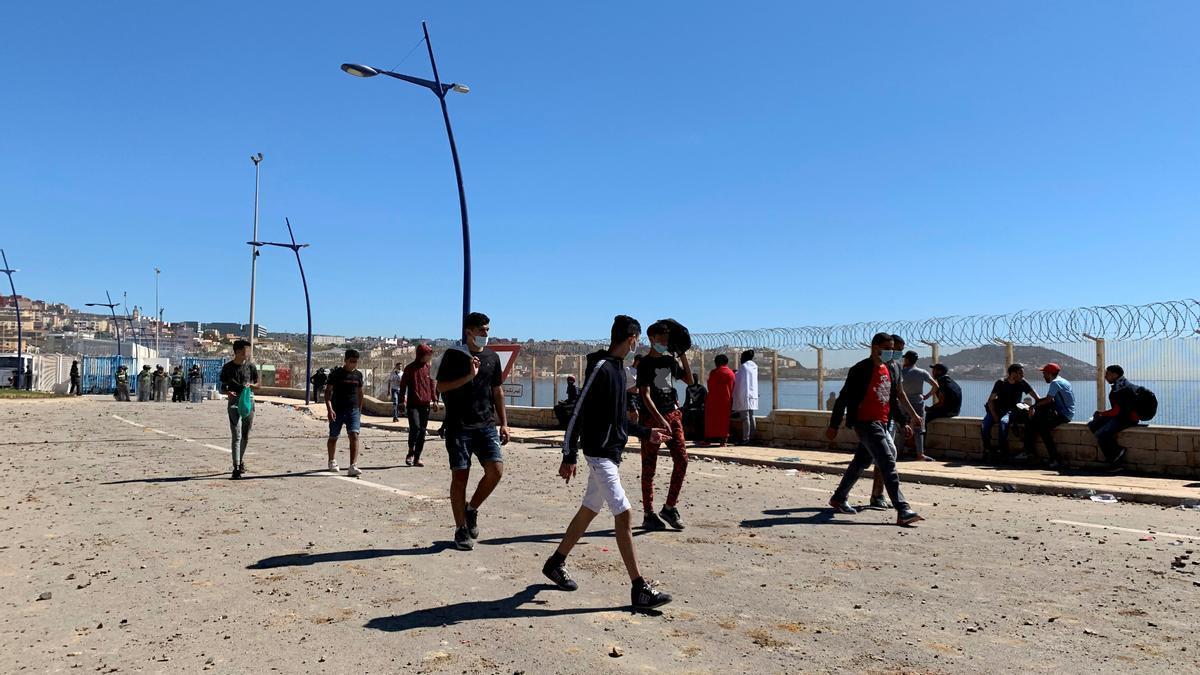 Un grupo de marroquíes en el paso fronterizo de Tarajal, Ceuta este miércoles. EFE/ Mohamed Siali