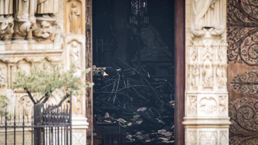 Vista de una pila de escombros dentro de la catedral de Notre-Dame