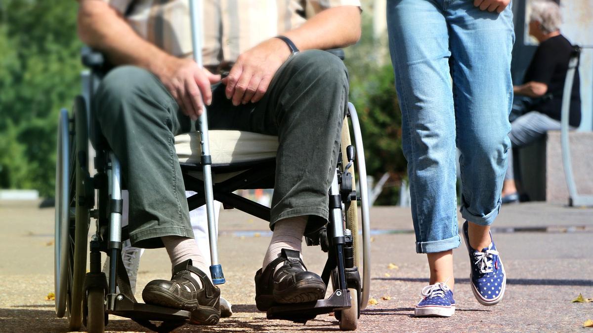 Imagen de archivo de una persona en silla de ruedas.