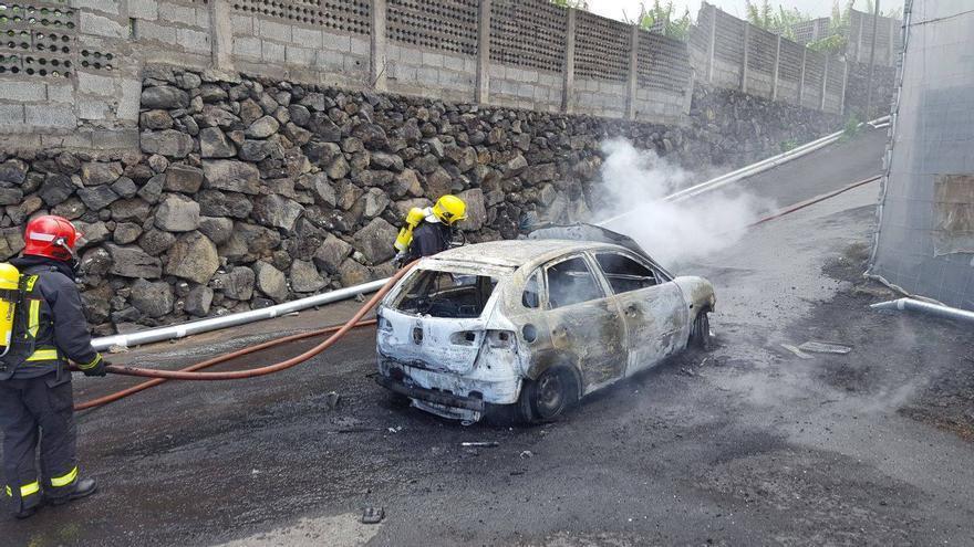 El vehículo, pese a la intervención de Bomberos La Palma, quedó calcinado. Foto: BOMBEROS LA PALMA.