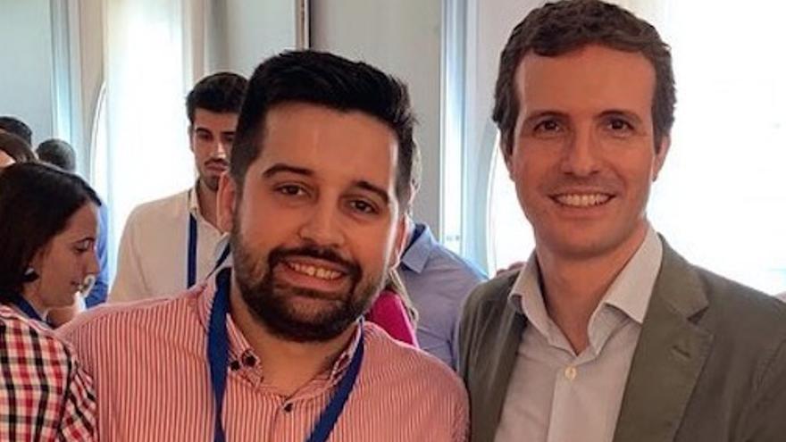 Javier Ager Solano junto a Pablo Casado.
