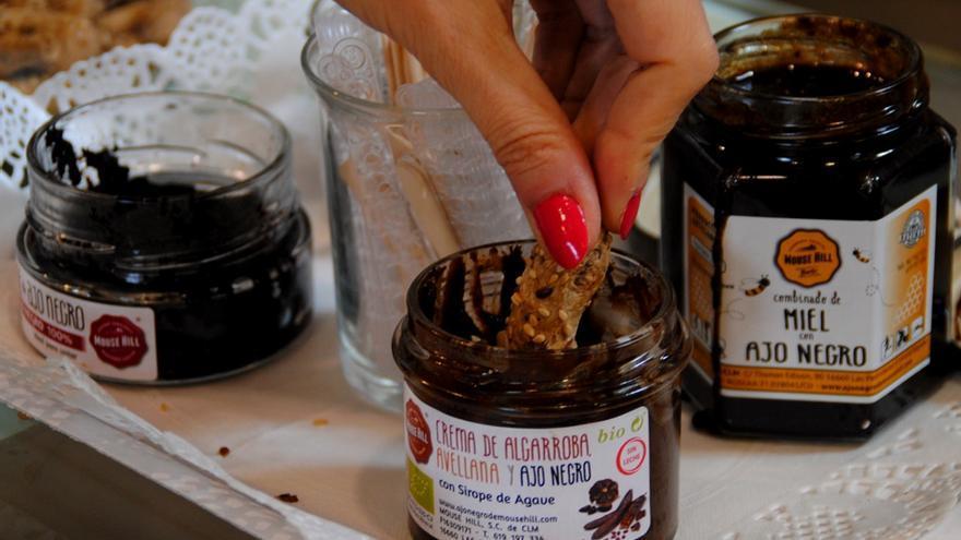 Crema con sabor a cacao a base de ajo negro y algarroba