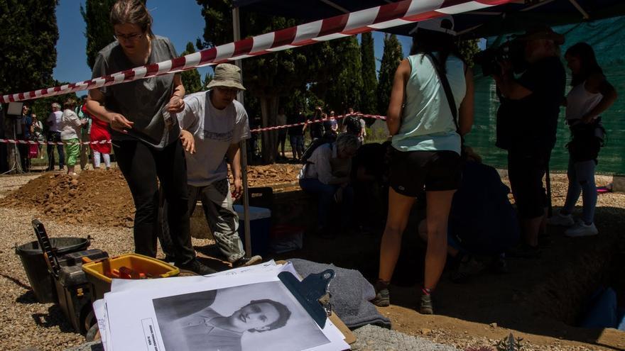 Exhumación de Genara Fernández García en el cementerio de León.