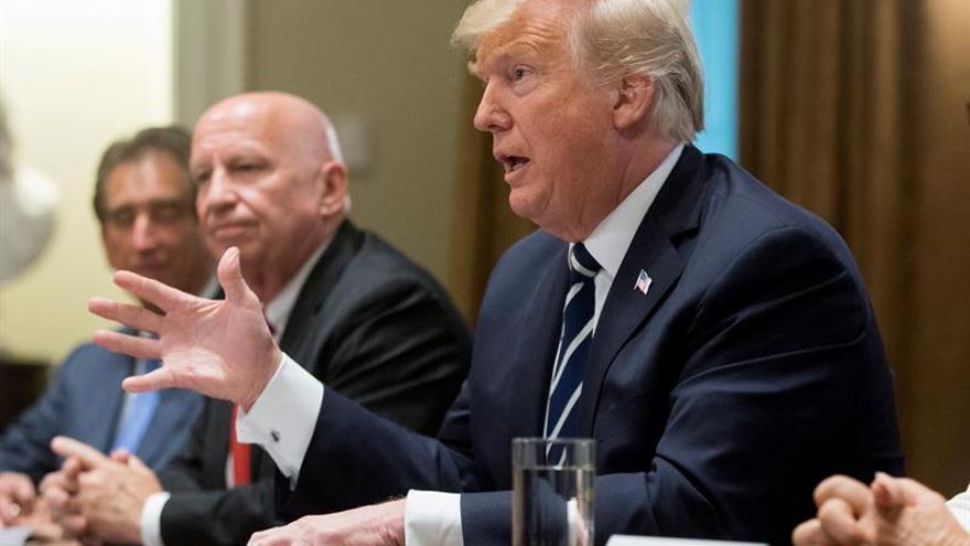 """Trump dice que se """"expresó mal"""" sobre la injerencia rusa en las elecciones"""