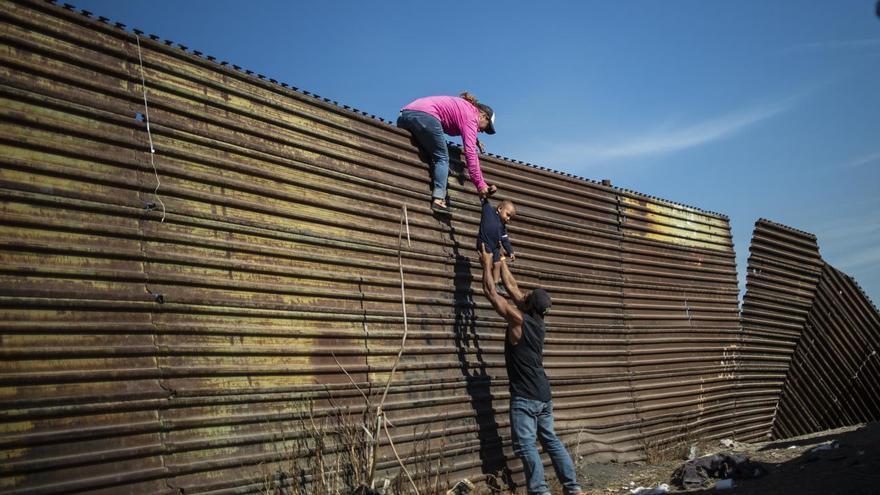 © Pedro Pardo, Agence France-Presse. 'Climbing the Border Fence', ganadora del tercer premio en la categoría 'Spot news'. Migrantes centroamericanos trepan la frontera entre México y los Estados Unidos, cerca del cruce fronterizo de El Chaparral, Tijuana