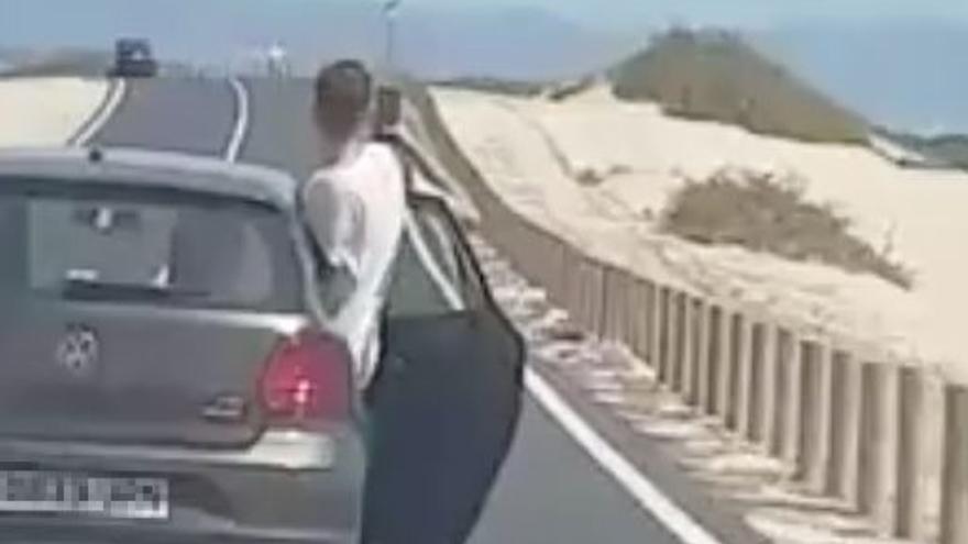 Imagen del vídeo de la imprudencia al volante grabado en Fuerteventura