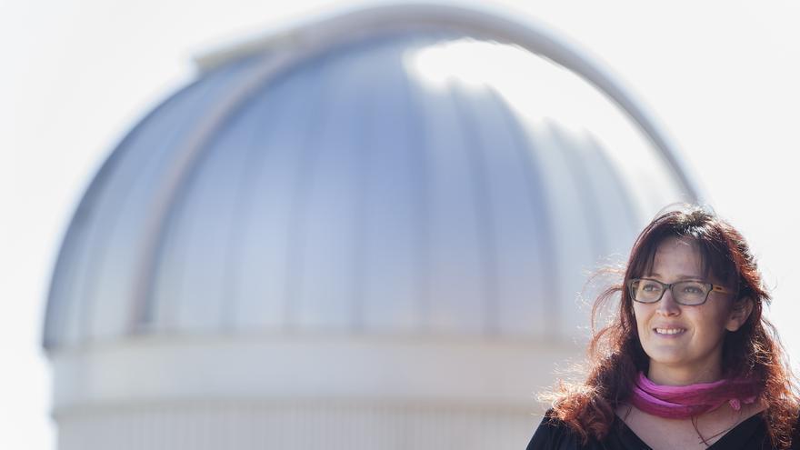 La astrofísica tinerfeña posa en instalaciones del IAC