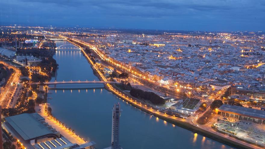 Si espectaculares son las vistas desde Torre Sevilla de día, no menos cuando cae la noche (Foto: Luis Serrano).