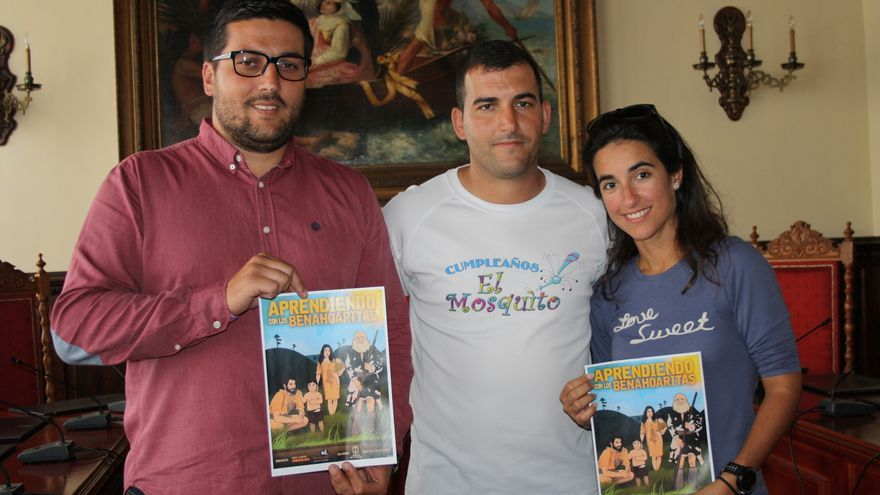 Raico, David y Nuria muestran carteles de las actuaciones.