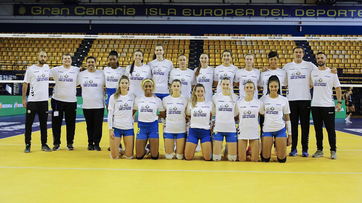 Las jugadoras grancanarias lucieron una camiseta de apoyo a La Palma.