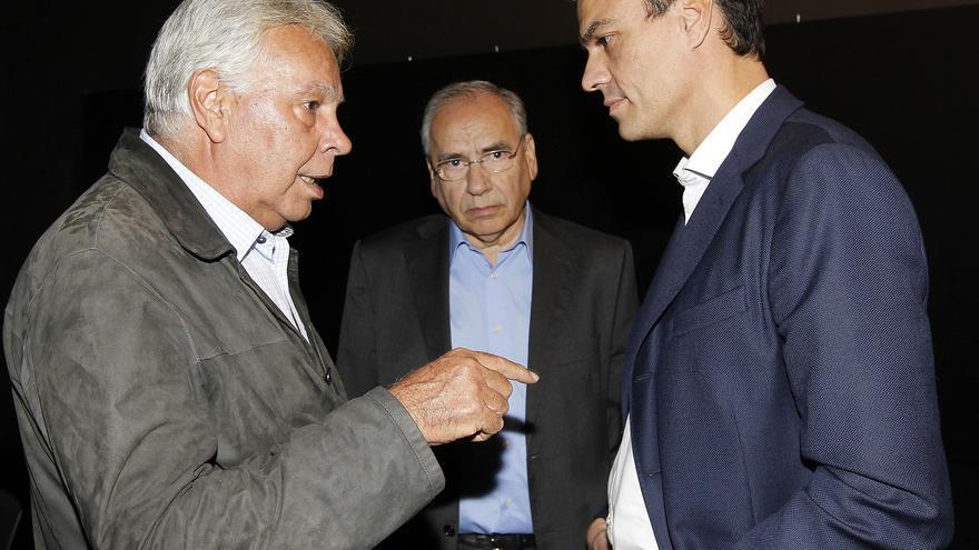 Pedro Sánchez junto a Felipe González y Alfonso Guerra en el 40º aniversario del Congreso de Suresnes / Foto: Inma Mesa (PSOE)